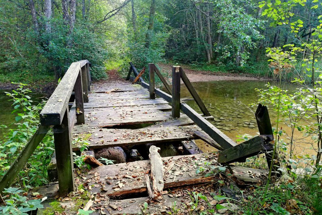 Tiltas per upelį